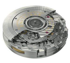 完全自社製のブライトリングキャリバー01。クロノグラフ機構の制御には、高級機に伝統的に採用されるコラムホイール式を選択。時間帯を気にせず早送り調整できるカレンダー機構や、メンテ性を向上させる独自のモジュール構造など、最先端技術を満載。自動巻き。毎時2万8800振動