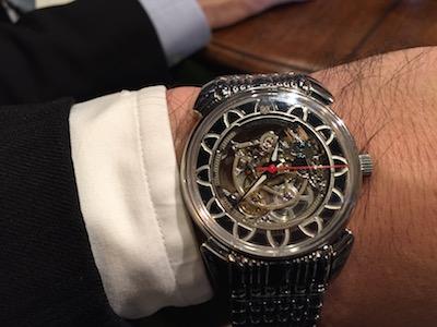 ↑「ラテン流に解釈されたアールデコ様式が、時計に施された装飾のすべてで楽しめます。ムーブの見応えも十分!」