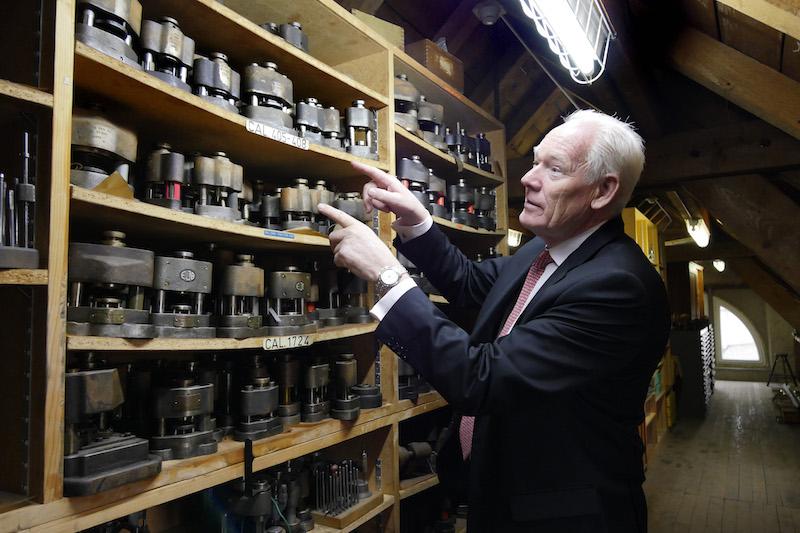 ↑ポール氏が示す棚の奥こそ、シャルル・ベルモがエル・プリメロの金型や工具などを一式隠した場所