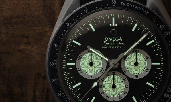"""オメガが突如発表した限定新作は「スピードマスター """"アラスカ プロジェクトIII"""" モデル 」ベースの逆パンダダイアル仕様"""