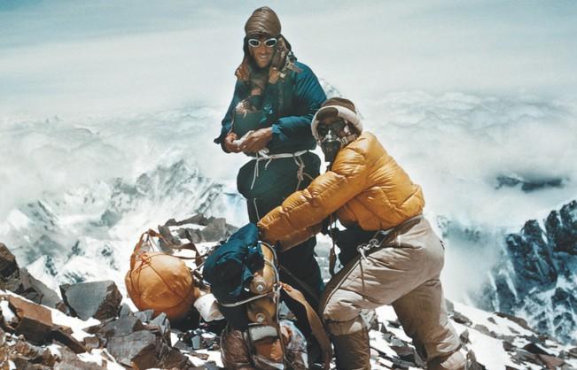 ↑1953年にヒラリー卿がエベレストを制覇した際にはロレックスのオイスター パーペチュアルが活躍。こうした偉業は数多く、ロレックスの信頼性の裏付けとなって現代まで語り継がれている