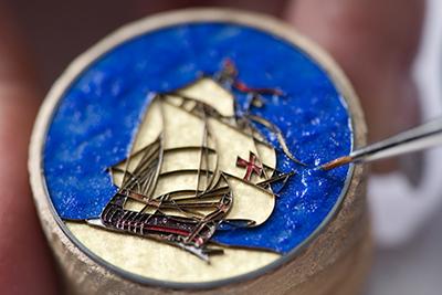 ↑クロワゾネは、地金に枠組みを作り、そこに釉薬を入れていくエナメル技法