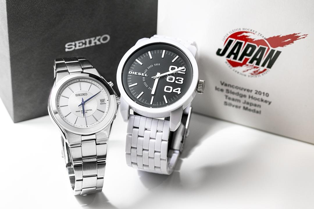 左・2010バンクーバーパラリンピックで銀メダルを獲得した記念に作ったSEIKOのオリジナル腕時計。右・軽くて使いやすい点が気に入っているというDIESELの腕時計