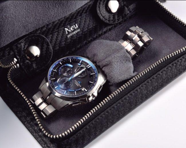 ↑時計を配置する仕切りやラバー芯を入れたバンドなど、細かいパーツが多い内装は職人が手仕事で裁縫。ファスナーにはスムーズな開閉を実 現するYKKのエバーブライトを採用