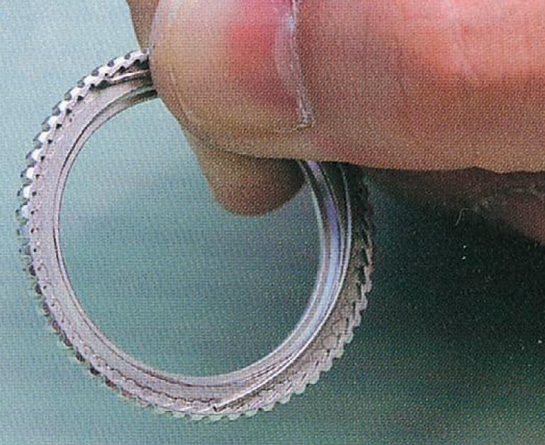 ↑ベゼルの内側にあるのが板バネ部品。これがベゼルの山に噛み合うことで、1目盛りずつ正確に回転させる仕組みになっている
