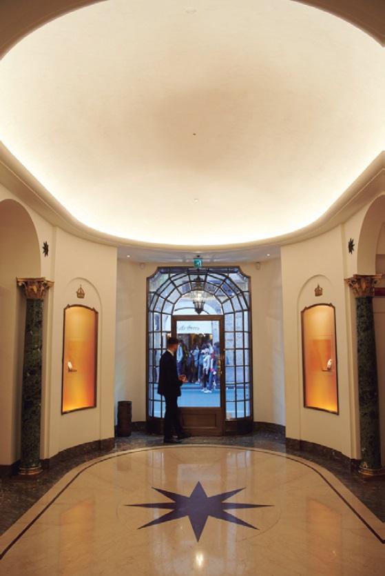 ↑本店のエントランス。大理石の床には大きく「8 宿しているポイントスター」が。四方の壁面には、長年にわたり 蜜月関係にあった王室の王冠があしらわれている