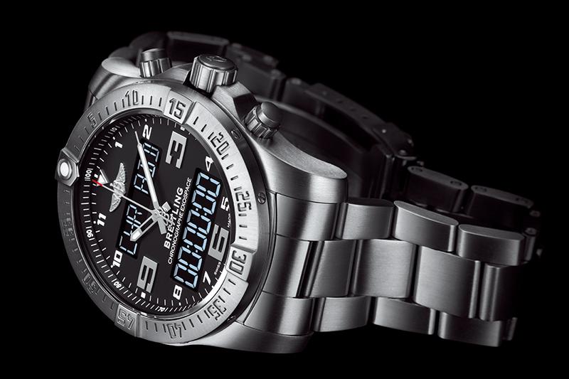 独自開発したブライトリング初のコネクテッド・クロノグラフ。スマートフォンを用いて時計のタイムゾーンやアラームなどが設定できるほか、時計の各種計測結果をスマートフォンに転送・保存可能。スマートフォンの各種通知を時計で知らせる機能もある。「エグゾスペース B55」113万4000円/Ref.E510B80PST/チタンケース&ブレスレット/直径46mm、厚さ15.25mm/100m防水