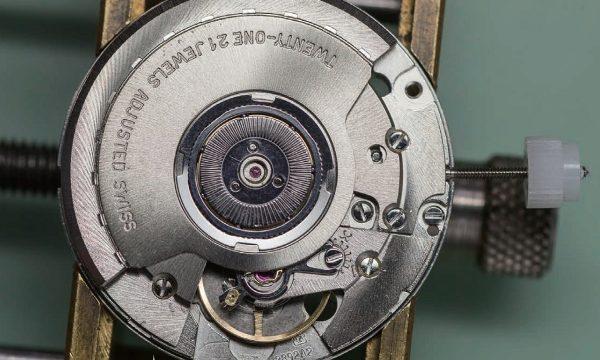 """ついやりがち!?リューズの高速回転は部品が摩耗する原因に【腕時計の""""べからず""""集】"""