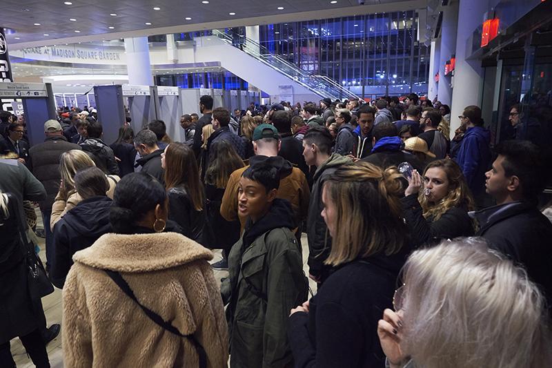 記者発表の間に入場規制がかかり、受付の外は大混雑。これだけの人が一気に流れ込んでくるので、私たちは会場内の準備が整い次第すぐに会場内に誘導された