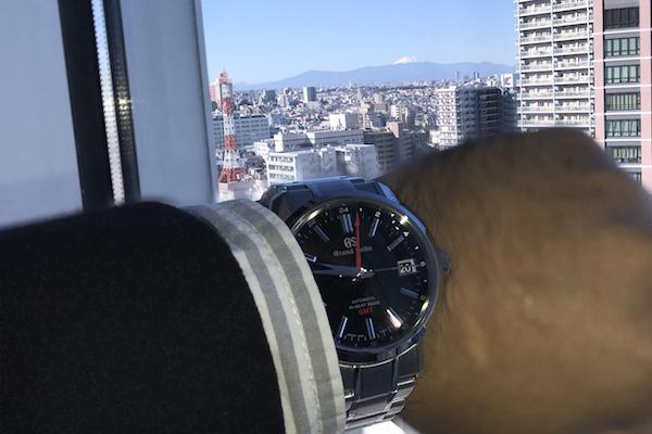 遠くに見える日本の最高峰を、最高峰ブランドの時計とともに望む