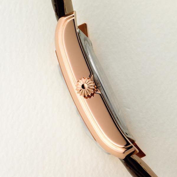 段差のついたケースが、時計のクラシック感を盛り上げる。9.7㎜という薄さも魅力だ