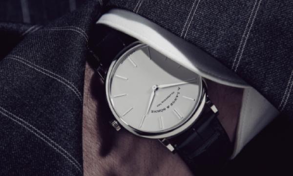 永遠の王道時計には英国調のテーラードがよく似合う――A.ランゲ&ゾーネ「サクソニア・フラッハ」