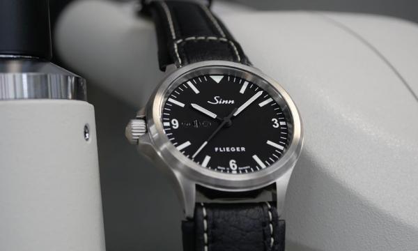 人気のドイツ時計第2弾! 左リューズを備える日本限定のパイロットウオッチ